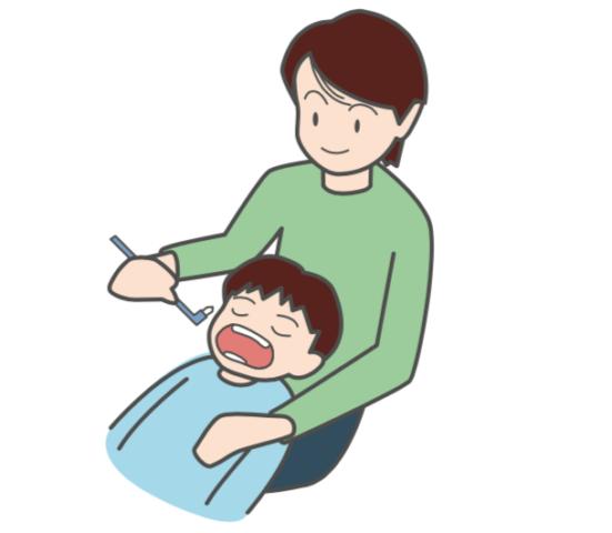 八王子レイス歯科クリニック ワンタフトブラシについて ワンタフトブラシで母親が子供の歯を仕上げ磨きをする画像